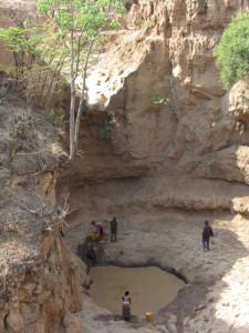 I crepacci della Rift Valley dove gli abitanti del luogo fino ad oggi hanno attinto acqua.