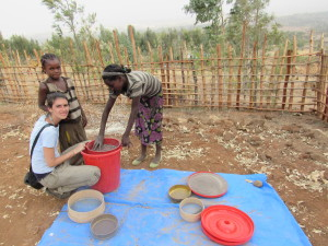 Elena e altri giovanissimi del villaggio al lavora per il sistema di filtraggio